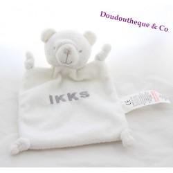 Doudou plat ours IKKS blanc écriture grise rectangle 23 cm