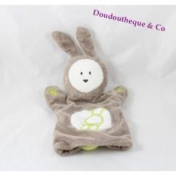 Doudou marionnette lapin OBAIBI marron blanc vert 27 cm